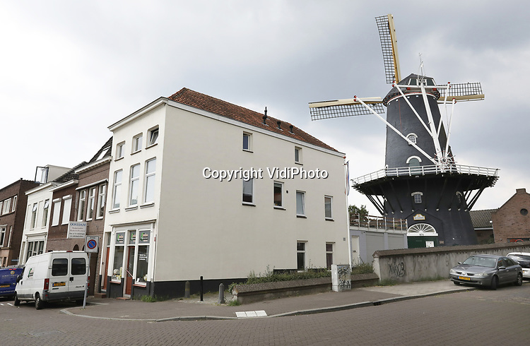 Foto: VidiPhoto<br /> <br /> ARNHEM - Stadsmolen De Kroon in Arnhem. De stellingmolen in de wijk Klarendal dateert van 1870 en is in 1974 voor een bedrag van 1 euro verkocht aan de Stichting Vrienden van de Gelderse Molen. In 2011 werd Volkshuisvesting van de gemeente Arnhem eigenaar.