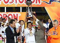BOGOTA -COLOMBIA, 12- NOVIEMBRE-2014. Jugadores  del  Deportes Tolima levantan la copa que los acredita como campeones de la Copa Postobon 2014-2  .Partido   de La final de La Copa  Postobón  2014-2. Estadio  Nemesio Camacho El Campin   / Players  of Deportes Tolima raises the cup certifying them as Cup champions Postobón 2014-2 .Match of The end of The Postobón Cup 2014-2.Nemesio Camacho El Campin stadium Photo: VizzorImage / Felipe Caicedo / Staff