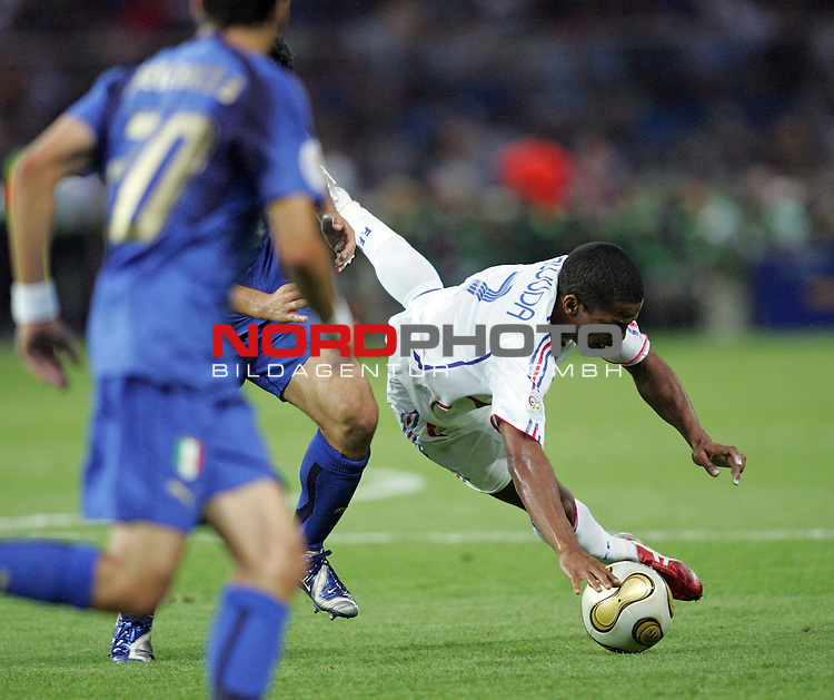 FIFA WM 2006 - Final / Finale<br /> <br /> Play #64 (09-Jul) - Italy vs France.<br /> <br /> A player from Italy and Florent Malouda (r) from France fight for the ball during the match of the World Cup in Berlin.<br /> <br /> Foto &copy; nordphoto