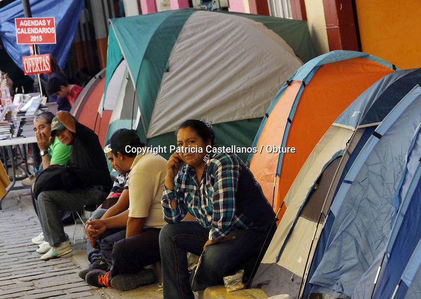 Oaxaca de Ju&aacute;rez. 29 de Octubre de 2014.- Como ya se hab&iacute;a anunciado en d&iacute;as pasados, la Secci&oacute;n 22 del Sindicato Nacional de Trabajadores de la Educaci&oacute;n (SNTE), inicio con la activaci&oacute;n de acciones en solidaridad al paro nacional de 72 horas convocado en el &ldquo;XIII Encuentro Nacional Magisterial y Popular&rdquo; realizado en la ciudad de M&eacute;xico, por lo que este d&iacute;a ejecutaran diversas actividades.<br /> <br />  <br /> <br /> En este contexto, el magisterio oaxaque&ntilde;o determin&oacute; que este mi&eacute;rcoles el sector Valles Centrales realice actividades de perifoneo en Etla, Tlacolula, Zimatl&aacute;n, Miahuatl&aacute;n, Ocotl&aacute;n y en plazas, escuelas y colonias de la capital, as&iacute; mismo, a las 16 horas lo profesores llevaran a cabo un mitin en el Instituto Tecnol&oacute;gico de Oaxaca (ITO), para posteriormente salir en marcha con destino al z&oacute;calo.<br /> <br />  <br /> <br /> As&iacute; mismo, cientos de maestros arribaron a reforzar el plant&oacute;n magisterial que lleva en el centro hist&oacute;rico poco m&aacute;s de 3 meses, por lo que instalaron sus casas de campa&ntilde;a para pernoctar esta noche en este lugar.<br /> <br />  <br /> <br /> Cabe destacar que estas actividades se suman a la protesta nacional para demandar la presentaci&oacute;n con vida de los 43 estudiantes de la Escuela Normal Rural &quot;Ra&uacute;l Isidro Burgos&quot; de Ayotzinapa, Guerrero, as&iacute; como castigo a los autores intelectuales y materiales.<br /> <br /> Foto: Patricia Castellanos / Obture.