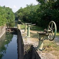 Sistema di saracinesche lungo il Navilgio di Paderno..Sluices system along the canal of Paderno