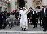 Papa Francesco saluta i fedeli al termine dell'udienza generale del mercoledi' in Piazza San Pietro, Citta' del Vaticano, 15 novembre, 2017.<br /> Pope Francis greets faithful at the end of his weekly general audience in St. Peter's Square at the Vatican, on November 15, 2017.<br /> UPDATE IMAGES PRESS/Isabella Bonotto<br /> <br /> STRICTLY ONLY FOR EDITORIAL USE