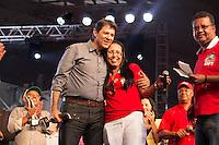 SAO PAULO, SP, 01 DE MAIO DE 2013 - FESTA CUT NO ANHANGABAÚ - O Prefeito de Sao Paulo Fernando Haddad recebe homenagem, durante Festa do Dia do Trabalho na praça do Anhangabaú em São Paulo, nesta quarta-feira, 01. FOTO: MARCELO BRAMMER / BRAZIL PHOTO PRESS