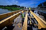 LEERDAM - Langs het spoor bij Leerdam zet een medewerker van Heijmans Restauratiewerken de trekstangen in het vet van de vernieuwde historische kraanburg. De brug, waarvan er maar twee zijn in Nederland gaf destijds toegang tot het uit 1815 daterende fort Werk en was uitgevoerd met een opmerkelijk systeem van wegdraaiende rails. In opdracht van Staatsbosbeheer is niet alleen het staal gestraald en van nieuwe okergele verf voorzien, maar is ook het metselwerk, de voegen en het hardsteen vervangen. In september moet de brug weer feestelijk worden geopend.COPYRIGHT TON BORSBOOM