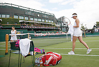 28-6-07,England, Wimbldon, Tennis,  Michaella Krajicek en O'Brien tijdens de wissel op baan 3, op de achtergrond het centercourt zonder dak