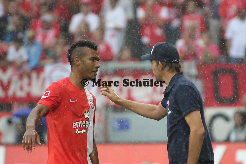 Eric-Maxim Choupo-Moting (Mainz) bekommt Anweisungen von Trainer Thomas Tuches - 1. FSV Mainz 05 vs. VfL Wolfsburg, Coface Arena, 3. Spieltag