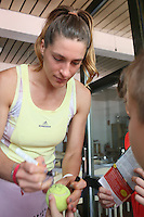 Andrea Petkovic gibt Autogramme