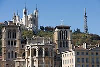 Europe/France/Rhône-Alpes/69/Rhône/Lyon:    L'église primatiale Saint-Jean (Gothique) et la basilique Notre-Dame-de-Fourvière (1896 Gothico-byzantine)  sur les Quais de Saône