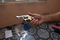 ATENCAO EDITOR: FOTO EMBARGADA PARA VEICULOS INTERNACIONAIS. - SAO PAULO,SP, 10 DEZEMBRO 2012 - Policiais da ROTA, encontraram um barco roubado, arma, drogas e relogios em uma casa na Rua Prof. Dino Fausto Fontana no Jardim Miriam na regiao sul da capital paulista, neste segunda-feira, 10. FOTO: ADRIANO LIMA / BRAZIL PHOTO PRESS)..