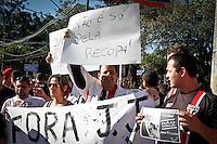 SÃO PAULO,SP,07 JULHO 2013 - CAMPEONATO BRASILEIRO -SÃO PAULO x SANTOS - Torcedores do São Paulo protestam na antes da partida entre São Paulo x Santos em jogo válido pela 06º rodada do Campeonato Brasileiro no Estadio Cicero Pompeu de Toledo (Morumbi) na tarde deste domingo  (07).FOTO ALE VIANNA - BRAZIL PHOTO PRESS.