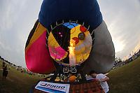 TORRES, RS, 03 DE MAIO 2013 - FESTIVAL INTERNACIONAL  DE BALONISMO - Festival Internacional de Balonismo, em Torres, litoral norte do Rio Grande do Sul, nesta sexta-feira, 03. O evento reunirá pilotos de vários lugares do mundo como Argentina, Peru, Austrália, França e Reino Unido e segue até domingo (5).FOTO: VANESSA CARVALHO - BRAZIL PHOTO PRESS.