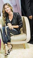 SAO PAULO, SP, 16 DE JUNHO DE 2013. GISELE BUNDCHEN NO SALAO MODA BRASIL. A modelo Gisele Bundchen durante o lançamento da nova coleção da Gisele Intimates no stand da marca de lingeries HOPE durante o salão moda brasil, feira de lingeries e moda fitness no Expo Center Norte, zona norte da capital paulista. FOTO ADRIANA SPACA/BRAZIL PHOTO PRESS