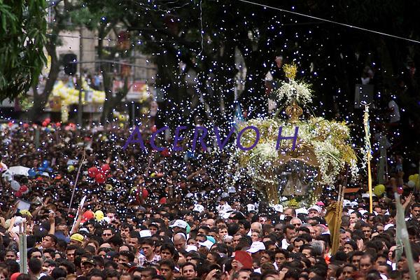 Descri&ccedil;&atilde;o<br />No C&iacute;rio de Nossa Sra. de Nazar&eacute; cerca de 1.500.000 romeiros acompanham a berlinda que leva a imagem da Santa durante a prociss&atilde;o que ocorre a mais de 200 anos. Sendo considerada uma das maiores prociss&otilde;es religiosas do planeta.<br />Bel&eacute;m-Par&aacute;-Brasil<br />&copy;Foto: Paulo Santos/ Interfoto<br />12/10/2003<br />Digital