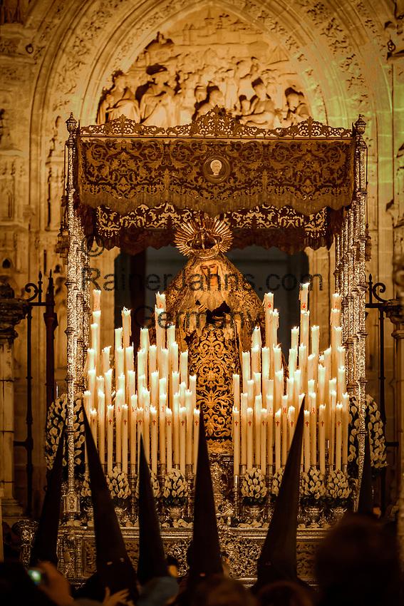 Spanien, Andalusien, Sevilla: Buesser mit Marienstatue vor der Kathedrale von Sevilla waehrend der Semana Santa | Spain, Andalusia, Seville: Semana Santa (Holy Week) float (pasos) with image of Virgin Mary and penitents outside Seville cathedral