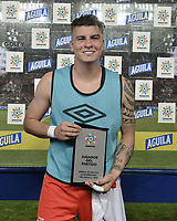 CALI - COLOMBIA, 28-11-2019: Michael Rangel recibe el premio al mejor jugador después del partido por la fecha 6, cuadrangulares semifinales, de la Liga Águila II 2019 entre América Cali y Atlético Cali jugado en el estadio Pascual Guerrero de la ciudad de Cali. / Michael Rangel receives the best player award after match for the date 6, quadrangular semifinals, as part of Aguila League II 2019 between America de Cali and Independiente Santa Fe played at Pascual Guerrero stadium in Cali. Photo: VizzorImage / Gabriel Aponte / Staff