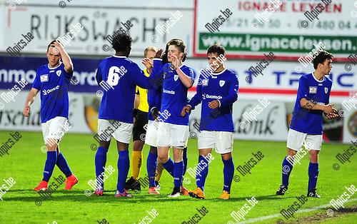 2015-04-25 / Voetbal / seizoen 2014-2015 / Hoogstraten VV - KV Turnhout / svbo / Yannis Haneveer (midden) scoorde de 2-2 voor KV Turnhout<br /><br />Foto: Mpics.be