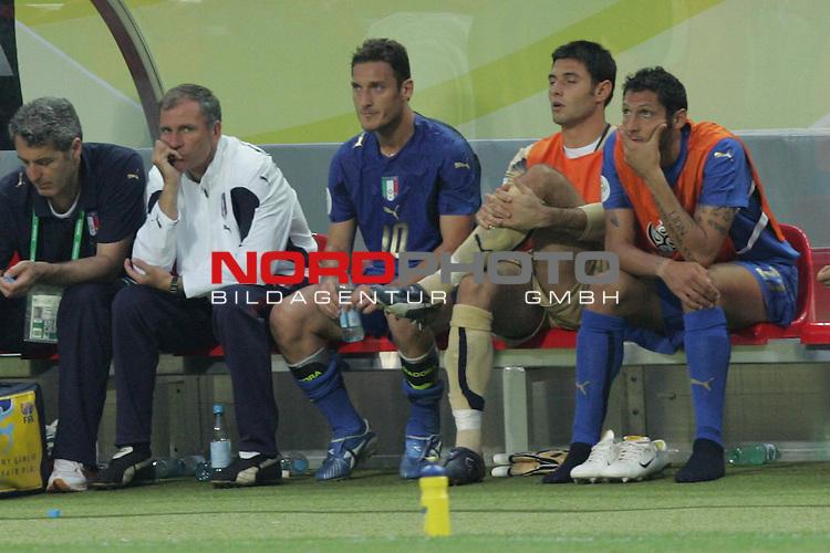 FIFA WM 2006 -  Gruppe E Vorrunde ( Group E )<br /> Play   #25 (17-Jun) - Italien - USA<br /> <br /> Francesco Totti (Mitte) von Italien wurde bereits nach gut einer halben Stunde ausgewechselt.<br /> <br /> Foto &copy; nordphoto