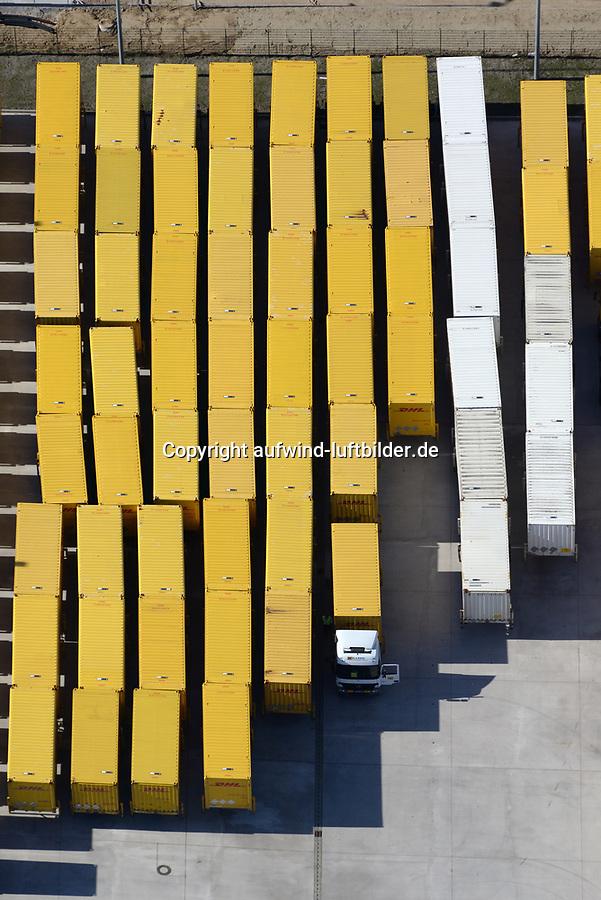 LKW Wechselbrücke DHL : EUROPA, DEUTSCHLAND, HAMBURG, (EUROPE, GERMANY), 28.03.2017 LKW Wechselbrücke DHL, Ein Wechselaufbau (auch Wechselbehälter (WB), Wechselbrücke, Wechselpritsche, WAB, Wechselkoffer, in der Schweiz auch Wechselladebehälter oder kurz WELAB) ist ein austauschbarer Ladungsträger, der sich – ähnlich wie ein ISO-Container – von dem Trägerfahrzeug (Lkw, ...) trennen lässt. Für die Nutzung im kombinierten Verkehr muss er mit Einrichtungen ausgerüstet sein, die einen Umschlag auf die Bahn ermöglichen (UIC 592-4). Dies wird durch Greifkanten ermöglicht, die sich an der Unterseite des Wechselaufbaus befinden. Kräne an den Containerterminals besitzen dafür spezielle Greifarme, mit denen die Wechselaufbauten seitlich umfasst und angehoben werden können. Wie ISO-Container werden die Wechselaufbauten auf den für ihren Transport vorgesehenen LKW, Anhängern (Lafetten) und Güterwaggons durch Zapfen (sog. Twistlocks) verbunden. Das Verriegelungs-Grundmaß einer Wechselbrücke entspricht mit längs 5820 mm dem eines 20′-ISO-Containers [1], so dass Wechselbrücken und ISO-Container ohne Umrüsten auf denselben Tragfahrzeugen transportiert werden können. Vorteile der Wechselaufbaus gegenüber ISO-Containern sind seine palettengerechte Innenbreite sowie die flexibleren Möglichkeiten in den Abmessungen.