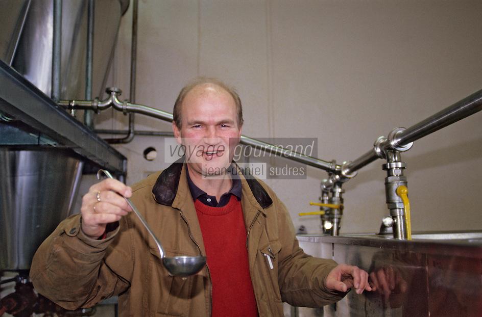 Europe/Norvège/Iles Lofoten/Ballstad: Mr Rolf Gentoft goute l'huile de foie de morue que produit sa pècherie