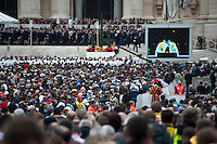 Roma, 27 aprile 2014. Turisti e pellegrini, provenienti da tutto il mondo, in piazza San Pietro per la storica doppia canonizzazione dei Papi Giovanni Paolo II e Papa Giovanni XXIII. Cerimonia officiata dal Papa Francesco con la presenza di Papa emerito Benedetto XVI - Rome, 27th April 2014. Tourists and pilgrims from all over the world, in St. Peter's Square for the historic double canonization of Popes John Paul II and Pope John XXIII. Ceremony officiated by Pope Francis with the presence of Pope Emeritus Benedict XVI.