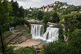 Pliva Wasserfall im Zentrum von Jajce am Fluss Vrbas. / Pliva Waterfall in center of Jajce on river Vrbas. // Die Schülerinnen und Schüler in Bosnien und Herzegowina werden getrennt nach Nationalität und Glaubensrichtung unterrichtet. In der Kleinstadt Jajce haben sich Jugendliche dagegen gewehrt.
