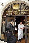 """20081001 - France - Bourgogne - Dijon<br /> JEAN-PIERRE BILLOUX ET SON FILS ALEXIS (LA RELEVE) A LA TETE DU RESTAURANT """"LE PRE AUX CLERCS"""", PLACE DE LA LIBERATION A DIJON.<br /> Ref : BILLOUX_009.jpg - © Philippe Noisette."""