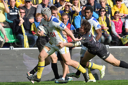 18.04.2015. Clermont-Ferrand, Auvergne, France. Champions Cup rugby semi-final between ASM Clermont and Saracens.   Jonathan Davies (asm) held by Marcelo Bosh (saracens)