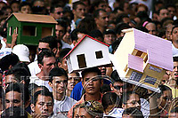 Pagadores de promessa levam objetos durante a procissão para agradecer Nossa Senhora de Nazaré a uma graça alcançada ou desejada . A romaria com cerca de 1.500.000 de pessoas é considerada uma das maiores procissões religiosas do planeta.<br />Belem-Para-Brasil<br />©Foto: Paulo Santos/ Interfoto<br />12/10/2003<br />Digital<br />12/10/2003<br />Foto Paulo Santos/Interfoto