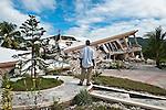 """Inauguré lors du carnaval 2009, l'hôtel de luxe """"Peace of Mind"""" à Jacmel a été entièrement détruit lors du tremblement de terre du 12/01/2010 à Haiti. Le coprs de l'américaine Flora McGarrell y a été retrouvé le 19/01/2010."""
