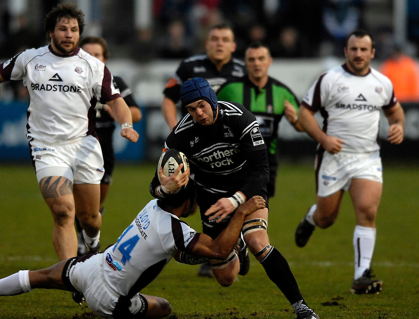 Photo: Jed Wee/Sportsbeat Images...Newcastle Falcons v Leicester Tigers. Guinness Premiership. 07/01/2007.....Newcastle's Geoff Parling attacks.