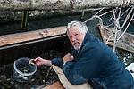 Venezia - pescatore di mosche controlla i &quot;vieri&quot;<br /> Venice -  moeche fisherman.