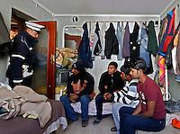 NAPOLI CONTROLLI DELLA POLIZIA MUNICIPALE NEGLI APPARTAMENTI OCCUPATI DAGLI IMMIGRATI  6 8 PERSONE STIPATE IN POCHI METRI QUADRATI .FOTO CIRO DE LUCA