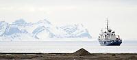 Greenpeace sitt skip Esperanza har kastet anker ved Longyearbyen på Svalbard. ---- The Greenpeace ship Esperanza outside Longyearbyen on Svalbard.