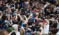 FUSSBALL  CHAMPIONS LEAGUE  FINALE  SAISON 2013/2014  24.05.2013 Real Madrid - Atletico Madrid Fan filmen mit ihren Smartphones die Siegerehrung