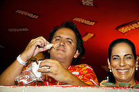 RIO DE JANEIRO, RJ, 08 DE MARÇO DE 2011 - CARNAVAL RJ - CAMAROTES - O cantor Orlando Moraes (e) a atriz Glória Pires durante o segundo dia de Desfile das Escolas de Samba do Grupo Especial do Rio de Janeiro, na Marquês de Sapucaí (Sambódromo), no centro da cidade, na noite desta terça-feira (8). (FOTO: WILLIAM VOLCOV / NEWS FREE).