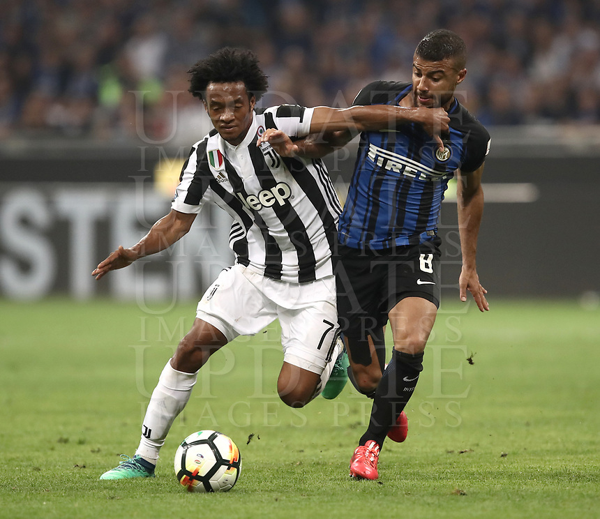 Calcio, Serie A: Inter - Juventus, Milano, stadio Giuseppe Meazza (San Siro), 28 aprile 2018.<br /> Juventus' Juan Cuadrado (l) in action with Inter's Rafinha (r) during the Italian Serie A football match between Inter Milan and Juventus at Giuseppe Meazza (San Siro) stadium, April 28, 2018.<br /> UPDATE IMAGES PRESS/Isabella Bonotto