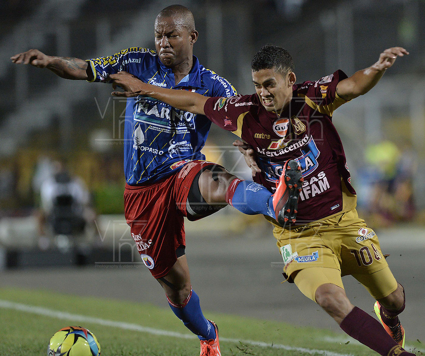 IBAGUÉ -COLOMBIA, 20-06-2013. Andrés Andrade Torres (D) de Deportes Tolima disputa el balón con Fram Pacheco (I) de Deportivo Pasto durante partido de los cuadrangulares finales, fecha 2, de la Liga Postobón 2013-1 jugado en el estadio Manuel Murillo Toro de la ciudad de Ibagué./ Deportes Tolima player Andres Andrade Torres (D) fights for the ball with Deportivo Pasto player Fram Pacheco (L) during match of the final quadrangular 2th date of Postobon  League 2013-1 at Manuel Murillo Toro stadium in Ibagué city. Photo: VizzorImage/STR