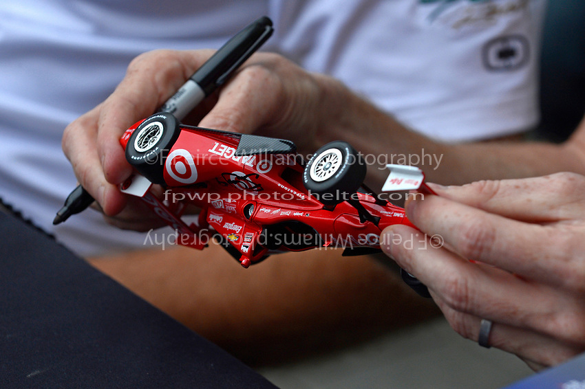 Verizon IndyCar Series<br /> Indianapolis 500 Drivers Meeting<br /> Indianapolis Motor Speedway, Indianapolis, IN USA<br /> Saturday 27 May 2017<br /> Driver's autograph session: Scott Dixon, Chip Ganassi Racing Teams Honda checks out a model of his car that he has just signed.<br /> World Copyright: F. Peirce Williams