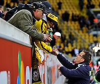 Fussball, 2. Bundesliga, Saison 2011/12, SG Dynamo Dresden - Fortuna Duesseldorf, Samstag (16.04.12), gluecksgas Stadion, Dresden. Duesseldorfs Trainer Norbert Meier wird von Dresdner fans begruesst.