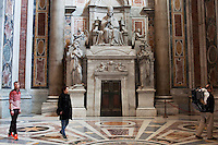 Roma: fedeli visitano la Basilica di San Pietro durante i giorni del conclave...Rome: Rome: faithful visit the St. Peter's Basilica during the days of the conclave..