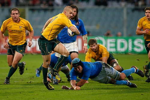 Nov 20th 2010 Florence,International Rugby Union. Italy v Australia,14-32. Picture show Drew Mitchell as he skips past an Italian tackle and gets along the wing