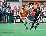BLOEMENDAAL   - Hockey -  3e en beslissende  wedstrijd halve finale Play Offs heren. Bloemendaal-Amsterdam (0-3).  Roel Bovendeert (Bldaal) . rechts Boris Burkhardt (A'dam).   Amsterdam plaats zich voor de finale.  COPYRIGHT KOEN SUYK