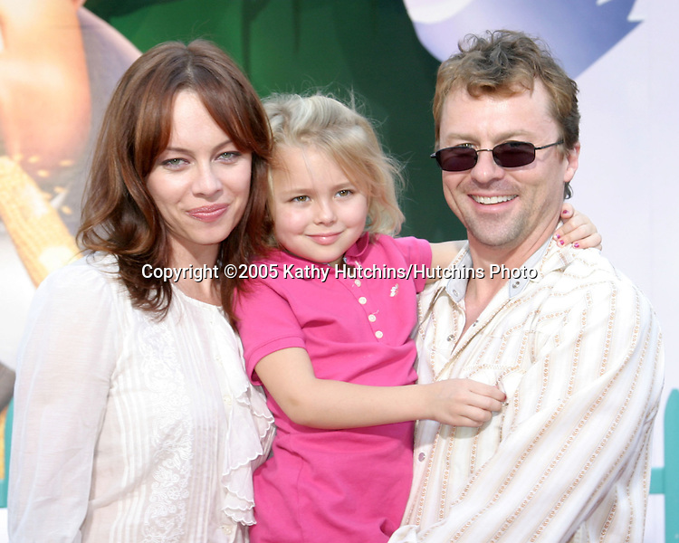 Melinda Clarke and family.Chicken Little Premiere.El Capitan Theater.Los Angeles, CA.October 30, 2005.©2005 Kathy Hutchins / Hutchins Photo