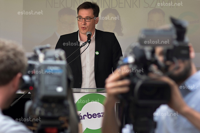 UNGARN, 30.10.2016, Budapest - VII. Bezirk. Parteitag der links-gruenen Partei PM, P&aacute;rbesz&eacute;d, &quot;Dialog fuer Ungarn&quot;: Gergely Kar&aacute;csony, PM Co-Vorsitzender und frisch gekuerter Kandidat fuer das Amt des Ministerpreaesidenten. | Party congress of the green-leftist party PM, Parbeszed, &quot;Dialogue for Hungary&quot;: Gergely Karacsony, PM co-president and freshly elected prime minister candidate.<br /> &copy; Martin Fejer/EST&amp;OST