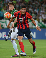 MEDELLIN- COLOMBIA - 24-11-2016: Ezequiel Rescaldani (Izq.) jugador de Atletico Nacional de Colombia de disputa el balon con Marcos Caceres (Der.) jugador de Cerro Porteño de Paraguay, durante partido de vuelta entre Atletico Nacional de Colombia y Cerro Porteño de Paraguay por las semifinales de la Copa Suramericana en el estadio Atanasio Girardot de la ciudad de Medellin.  / Ezequiel Rescaldani (L) player of Atletico Nacional de Colombia vies for the ball with Marcos Caceres (R) player of Cerro Porteño of Paraguay during a match between Atletico Nacional of Colombia and Cerro Porteño of Paraguay for the second leg of the semifinals of the South American Cup at the Atanasio Girardot stadium in the city of Medellin. Photo: VizzorImage / Leon Monsalve / Cont.