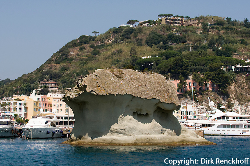 Italien, Ischia, Steinpilz im Hafen von Lacco Ameno