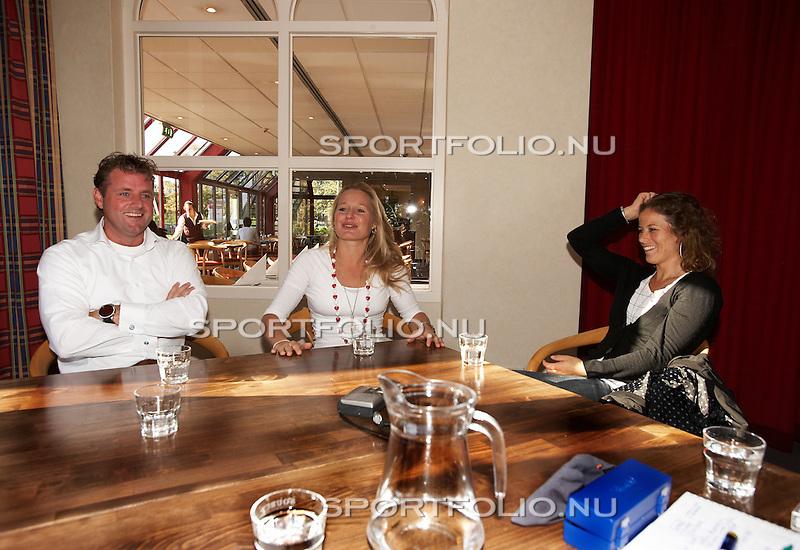 Nederland, 's-Hertogenbosch, 26 september 2007 .V.l.n.r.: Bondscoach Marc Lammers, hockeyster Minke Booij en hockeyster Sylvia Karres