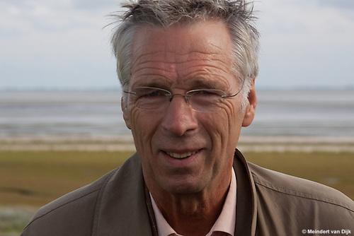 Henk van 't Land, dijkgraaf van Waterschap Noorderzijlvest tijdens werkbezoek van deltacommissaris Wim Kuijken aan Ameland.