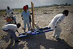 The cholera epidemic in Haiti has already killed 4.500 people and sickened more than 250.000. Una enferma de Colera llega a un centro de asistencia de la enfermedad en Cite Soleil, Puerto Principe.