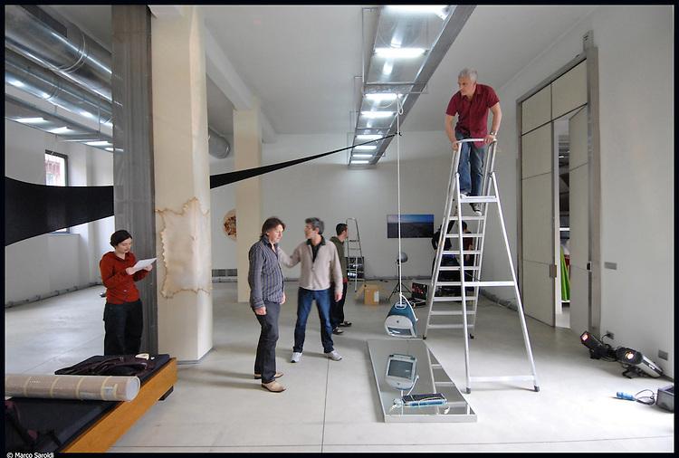 Condominio Loft 900, lavori di allestimento della mostra d'arte dei condòmini nel loro cortile di via Crescentino 25. Aprile 2009